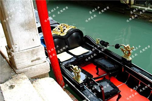 特点: 这种小舟有两个部位可体现工匠们的想象力,一个是自然奔放的船头,很象15和16世纪用的六齿钺戟。(每一个齿代表威尼斯的一个区),另一个是依奥尼亚式船尾。到了18世纪,这种威尼斯尖舟的形状和大小会慢慢地固定到我们今天这个样子。这种船已多作旅游业用途,多用于旅游景点游玩,酒店商业摆放。 【温馨提示】: 一 、购物前: 有任何问题,可以随时来电咨询哦,我们一定会耐心为你解答的。 二、关于产品的价格: 部分网上价格仅供参考,不同产品不同价格具体产品价格请致电咨询卖家。 三 、关于物流: 由于所售商品都是比