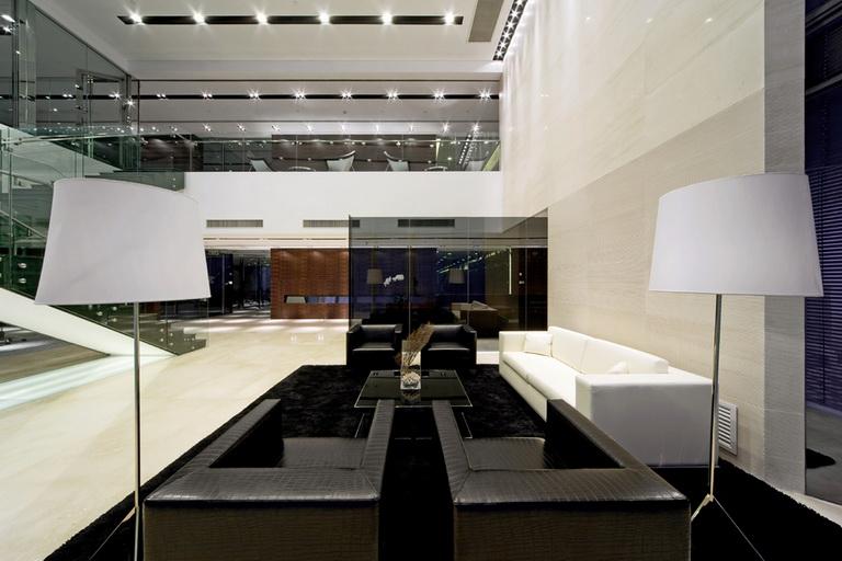 郑州复式现代风格办公室装修大堂沙发   沙发也是黑白配,看台灯不知道