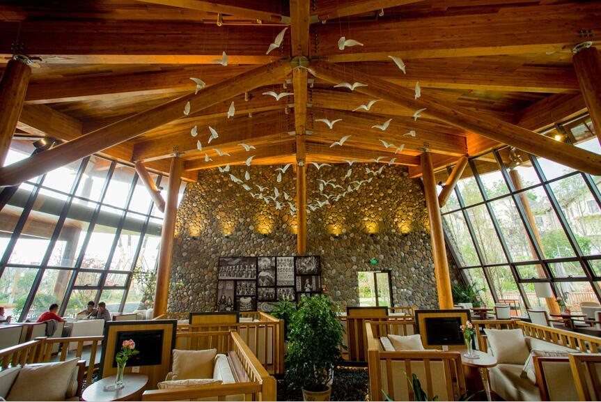 公司简介 华惠建筑科技(上海)有限公司为美国SWS木结构公司在中国办事处,公司团队拥有丰富的木结构行业经验,为中国最早从事木结构的业者之一。集合境外及本土人才,承接各类木结构工程项目,引进国外的技术,结合国内的法规、市场需求,为客户提供从设计、产品到施工的全方位服务。 优秀的设计水平 拥有一支具有国际设计理念,擅长各种现代木结构建筑的设计团队,专业的工程计算软件。木结构别墅,会所,办公楼,会议中心还是公共建筑,桥梁,都能给予最专业最领先的方案。 完整的客户服务 引进国外的技术,结合国内的法规、市场需求,