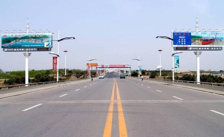 天津到北京高速铁路广告牌代理发布公司 发布价格 随着经济的不断发展,每个行业的竞争都很激烈。各企业在户外广告牌的设计也不断被引起重视。优秀的户外广告牌能够引起人们的重视,很容易吸引客户对广告牌内容的观看与购买欲望。 第一:高速户外广告大牌在设计方面亮点,吸引眼球 第二:高速沿线户外广告牌简洁明了,画面单纯,观注度高 第三:高速大广告牌具有其独特性,唯一性。 天津泓泽嘉禾广告传媒有限公司,是天津专业的、信誉度高的高速公路广告媒体公司,拥有途径天津的各条高速公路的广告牌(又称高炮/擎天柱),包括津滨高速、京津