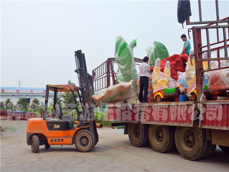 坐香蕉火车游乐设备疯狂欢乐打地鼠 创艺厂家香蕉火车的设计造型各式各样,其造型有兔子、熊大、老虎等多种形状。座舱是大黄香蕉造型,故名香蕉火车游乐设备。这是一款沿着轨道行驶的游乐设备,乘客坐在上面,当设备启动时就会环形旋转,乘客拿着手中的棒槌你追我打,向地鼠进行攻击,乘客坐在车香蕉火车上打地鼠,又被商家成为欢乐打地鼠游乐设备。 创艺香蕉火车游乐设备是可以根据客户的要求去设计的,该设备标配型是由50米轨道和8辆车组成,转弯半径需4米以上,中间的大型主题有两种可供选择,一种是蓝色鲸鱼造型,一种是古树造型。 技术参