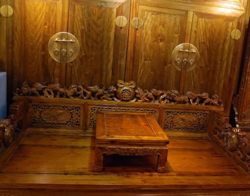 金丝楠木家具讲究木色,即不上漆,不打蜡,因为上漆和打蜡后,金丝楠木的