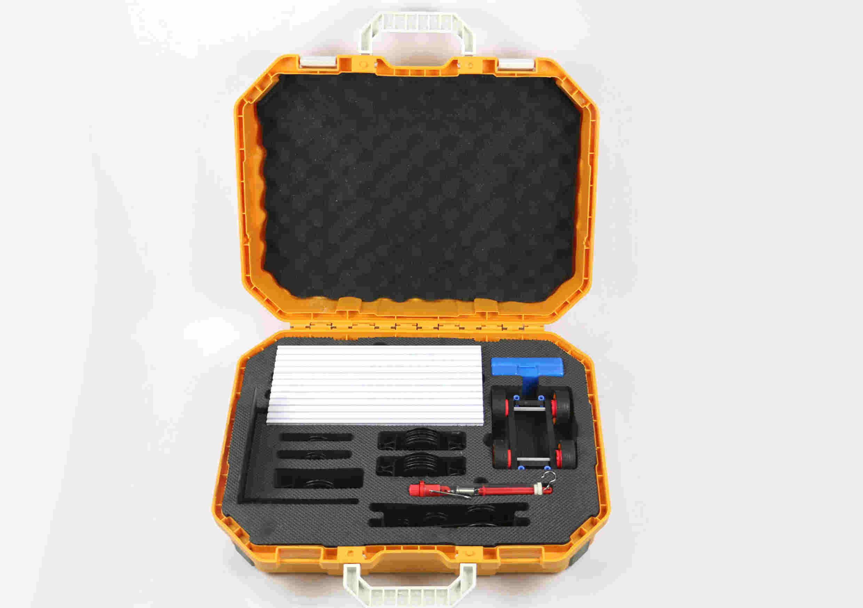 初中物理实验箱 中小学实验箱 高中通用技术 初中物理运动与力实验箱 能演示以下实验:1、练习使用刻度尺,2、常用的长度测量工具,3、时间的测量,4、力的作用效果,5、弹簧测力计的使用,6、探究重力的大小跟什么因素有关系,7、规则物体的重心,8、测量不规则物体的重心,9、探究摩擦力的大小跟什么因素有关等。 初中物理物质的密度实验箱 能演示以下实验:1、练习使用托盘天平,2、练习使用电子天平,3、称量同一物体不同形状的质量,4、称量水和白糖的总质量,5、探究同种物质的质量与体积的关系,6、探究同体积不同物质的