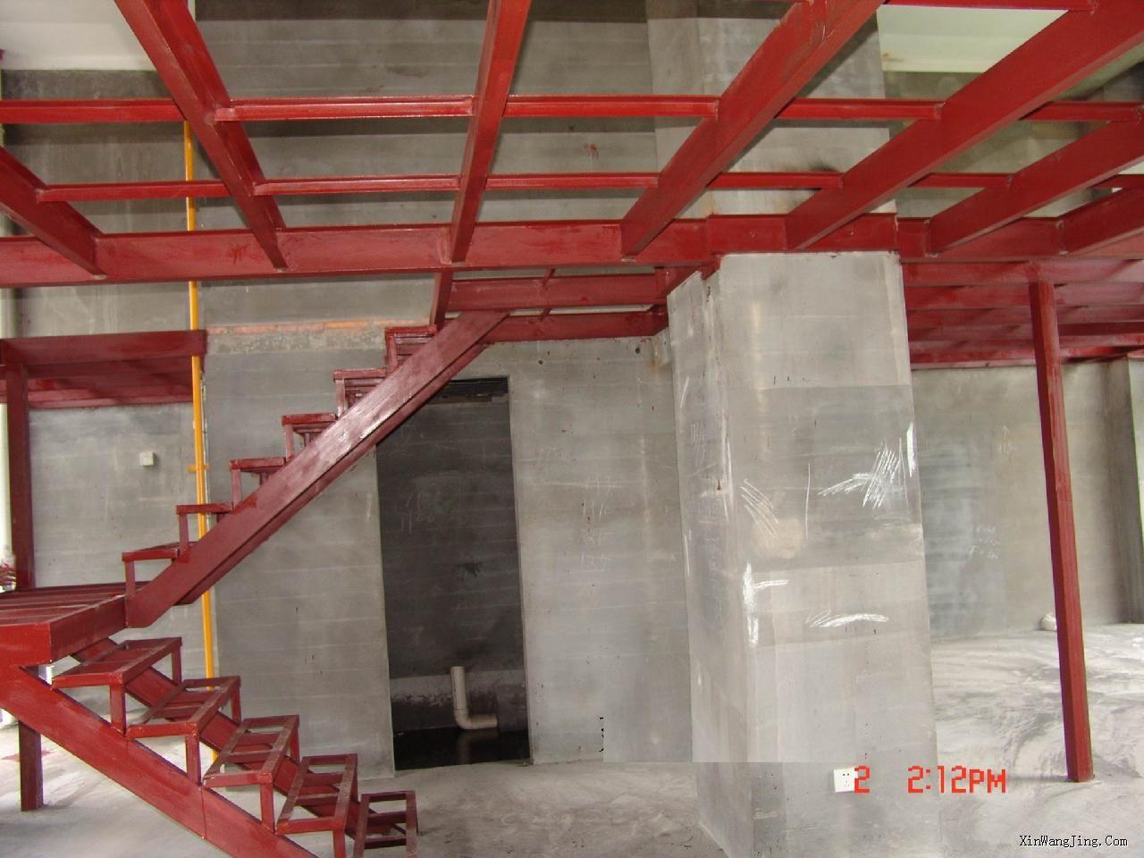 三、槽钢阁楼的建造方法由于水泥现浇很少人采用,所以我们重点说明槽钢的搭法。如果你采用的是水泥楼板,那么建议你参考有关的建筑施工书籍。下面的施工方法是以你的室内平面是方形的来考虑的。 1、槽钢楼板的最关键一点就是槽钢两端的固定。固定方法主要有三种:一种是在墙上用角钢做一个另外一种是先在墙上打一个孔,然后把槽钢伸进墙内,并由墙体直接承担槽钢的重量。此方法只限于承重墙或者较厚的剪力墙。另一种方法是直接竖另一条槽钢来支撑横的槽钢,竖的槽钢要固定在墙上。此方法要考虑竖的槽钢所处的位置的楼板的承重能力,宜多点分布式