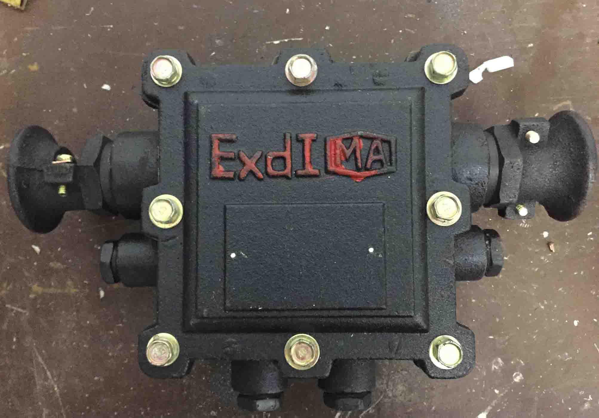 BHD2-20/127-6T 一、BHD2-20 127-6T防爆接线盒使用范围 本系列矿用隔瀑型低压电缆接线盒适用于含有爆炸性气体(甲烷)混合物的煤矿井下供电系统中,供信号、照明、动力设备等作电缆连接和分支之用。 二、BHD2-20 127-6T防爆接线盒适用途 1、隔爆壳体及盖由高强度HT250铸铁制成,二者以平面隔爆接合面或圆筒隔爆接合面仅400A)通过螺栓等紧固件连接; 2、接线座体采用上釉陶瓷烧结而成,绝缘性好,强度高,接线柱与绝缘座的连接采用环氧树脂灌封,牢固可靠,绝无松动。 接线盒由隔爆外壳