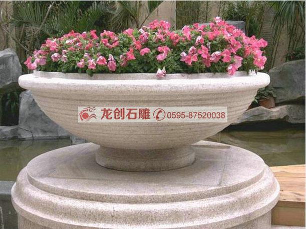 加工定制园林花钵 福建石雕花钵设计 花砵 花砵是种花用的容器,为口大底端小的倒圆台或倒棱台形状,具有装饰周围环境的效果。花砵可根据周围环境、花卉种植、需求来选择花砵样式、花砵材质、花砵种类,还可以根据需要寻找专业认识设计摆放花砵。 花砵在早之前常用于私家花园别墅中配套使用的盆状器物,现花砵广泛应用于园林绿化和景观工程当中。 花砵可分欧式花砵、中式花砵、古典花砵、现代花砵,根据环境,景观设计来放置花砵种类。例如欧式别墅、现在住宅小区、现代酒店就可放置欧式花砵、现代花砵,四合院,中式感强的庭院,度假村可放置古