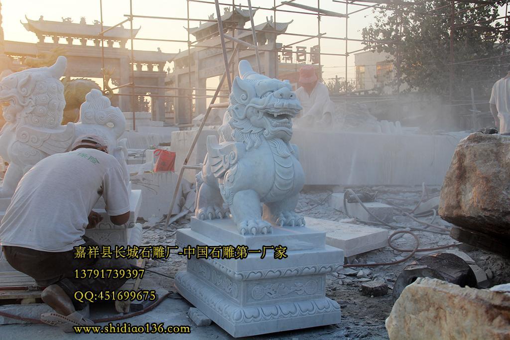 开运貔貅雕刻的开光正确方法 本文转载自:http://www.shidiao136.com/ 本文链接地址:http://www.shidiao136.com/pixiu135.html 石雕貔貅的开光 一般制作貔貅的材料有三类: 一为金属,大多为铜制品,其价格便宜,色泽近似黄金,适合用来摆在室内。 二是质地坚硬的石材,以前古时的一些名门毫宅,会用上好的石材,雕刻成石雕貔貅放在大门口上,可挡外来莫名煞气,去灾迎福。高度要1.