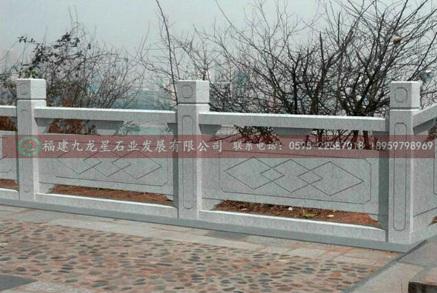 加工生产石雕栏杆 大理石栏杆 雕刻护栏 汉白玉栏杆 河道栏杆 花岗岩栏杆 石雕栏杆古称阑杆宋代称为钩栏。石雕栏杆的主要结构为:望拉 栏板、蜀柱、面材、色袱等。栏杆的材料有石材、砖材和木材千。石栏杆的类型有:寻杖栏杆、栏板栏扦、罗汉栏杆等。栏杆不仅有安全维护作用,具有很好的装饰效果.
