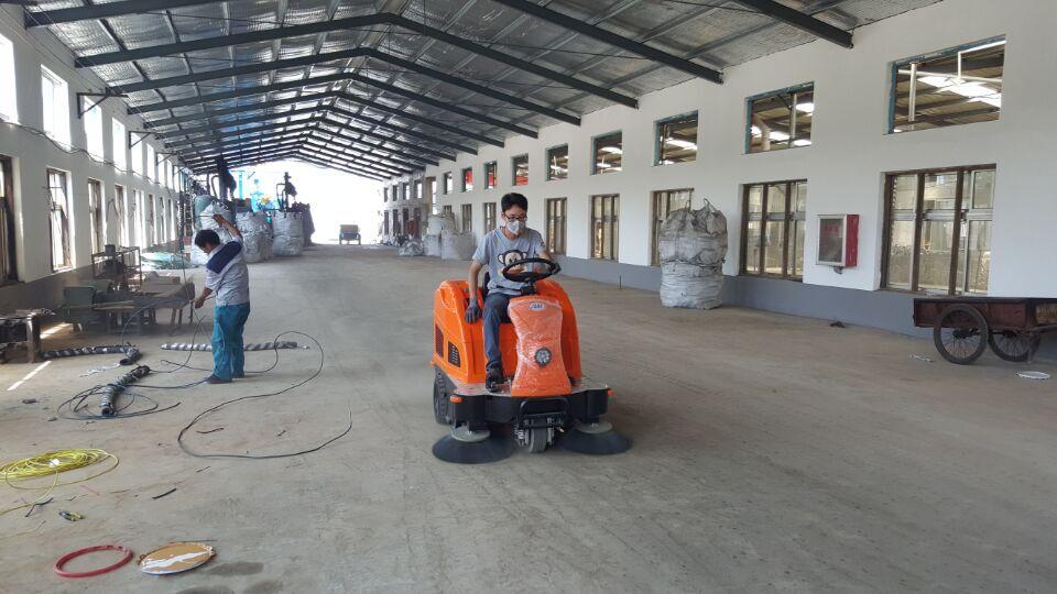 昌乐工厂车间清扫地面灰尘用驾驶式v2扫地机图片