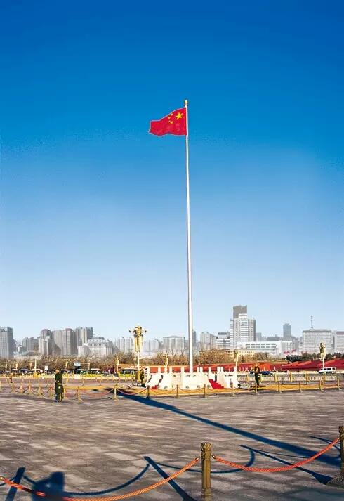 旗杆中间为中国国旗,两边为企业旗,企业旗一般比国旗旗杆矮半面国旗