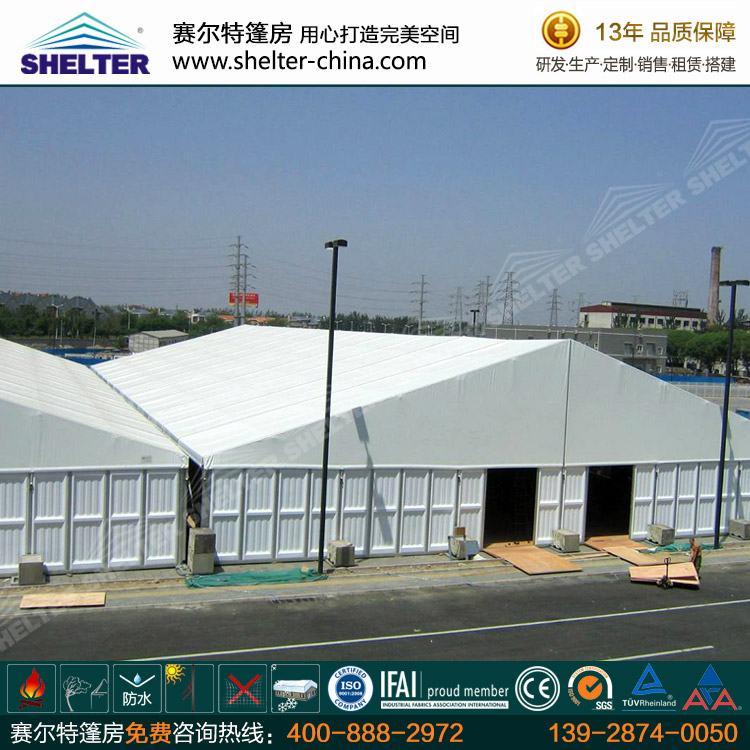 赛尔特彩钢板仓储篷房的规格主要有10米,15米,20米,25米,30米,35米,40米,50米,60米,65米等几种常规尺寸。仓储篷房可以根据客户场地的实际尺寸特别加工,宽度和高度可以根据需要定制。全系列产品均为单元性组合结构,可以按照需要以及场地的实际情况自由组合和搭建不同的形状。篷房的整体长度可以按照5米间距增加或者减少。