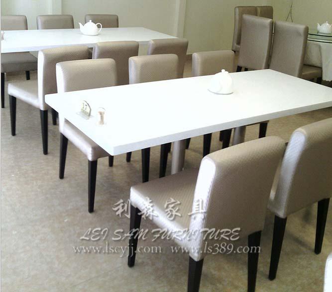 现代时尚酒店大圆桌 汕头简约中餐厅茶餐厅大理石餐桌 餐厅家具的简述 餐桌、餐椅是餐厅室内必要用的一种用具,餐桌、餐椅配置一套就成了餐厅家具,这就是餐厅家具的演变来的,餐桌、餐椅是人类日常生活中具备坐、躺、用餐、等需要用到他的一种工具。在每个餐厅里都少不了这些餐桌、餐椅。 餐厅家具中的餐椅在几年前一般都是以实木餐椅为主,很多餐厅都是做不同款式的实木餐椅,现在时代不一样的,现在越来越淘汰实木的餐椅了,很多餐厅都选用不锈钢餐椅、铝餐椅、铸铁餐椅、玻璃钢餐椅等等,现在的餐椅款式越来越复杂了。每个餐厅买的餐厅家具都