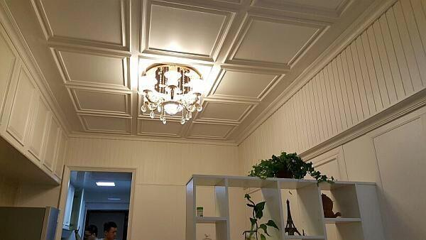 集成墙面、涂料、壁纸、硅藻泥四种墙材的比较 人的一生大约有30-70%的时间是在室内度过的,因此室内空气质量对人的身体健康有很大程度的影响,选择健康的家具与建筑装饰材料便十分重要。而室内与人接触最大的就是墙面,伴随着环保理念的成熟和新材料技术的发展,现代家庭的装修过程中使用的墙面装饰材料的可选性也越来越大,其中三种主要选择是涂料、壁纸和硅藻泥,这三种常见的墙艺材料在市场中的PK变得越来越激烈。 涂料是广大消费者接触最早、最多的墙面装饰材料,但是壁纸和硅藻泥就相对陌生一些了。 涂料是指涂布于物体表面,在一