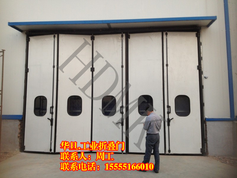一、产品说明:电厂遥控折叠门 电厂钢质折叠门价格 电动折叠门厂家 折叠门主要由门框、门扇、传动部件、转臂部件、传动杆、定向装置等组成。该门型均可安装于室内和室外。每樘门有四个门扇至十个门扇(根据门洞大小设计),边门扇一边的边框与中门扇之间由铰链连接,边门扇另一边门梃上下端分别安装上下转轴,电动时,上转轴端安装转臂部件、传动部件、门框上部中间安装传动部件和开门机,中门扇设有定向装置,所有尺寸门型都设有手动与电动两种型式。 二、适用范围: 工业折叠门适用于洞口两侧不具备推拉门安装空间,且门楣空间能满足安装要