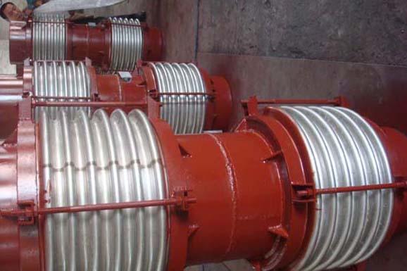 节不锈钢波纹补偿器串联而成,组成能同时吸收三维膨胀量的肘节结构.