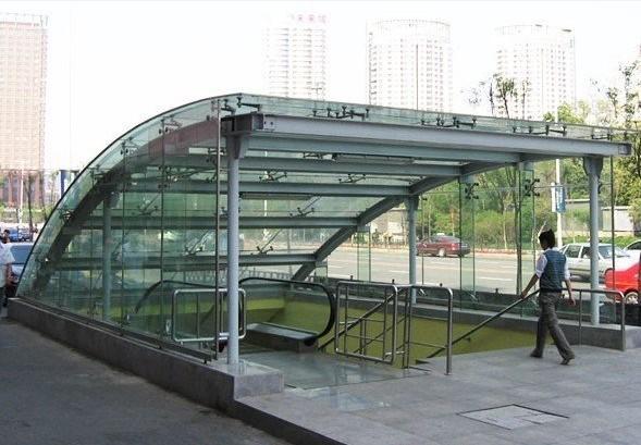 钢结构雨棚漏雨原因及维护 钢结构雨棚漏雨原因及维护?钢结构的雨棚时间长了就会漏雨,这个时候就需要懂一点维护的知识,查找到漏雨的原因,这样就能及时的进行维修。 一般而言,钢结构雨棚出现漏雨,主要有两方面的因素,一是人为的原因导致的,这在施工中是可以避免的二是材料本身的特性引起的,一般避免不了,只能事后进行维护。 就人为因素而言,钢结构雨棚漏雨无非是在设计方面存在不合理,施工安装不规范,施工人员操作不仔细。设计方面的不合理主要表现在比如屋面绕度太大或坡度太缓,水流速度慢,造成积水,落水管直径不满足、面板选用不