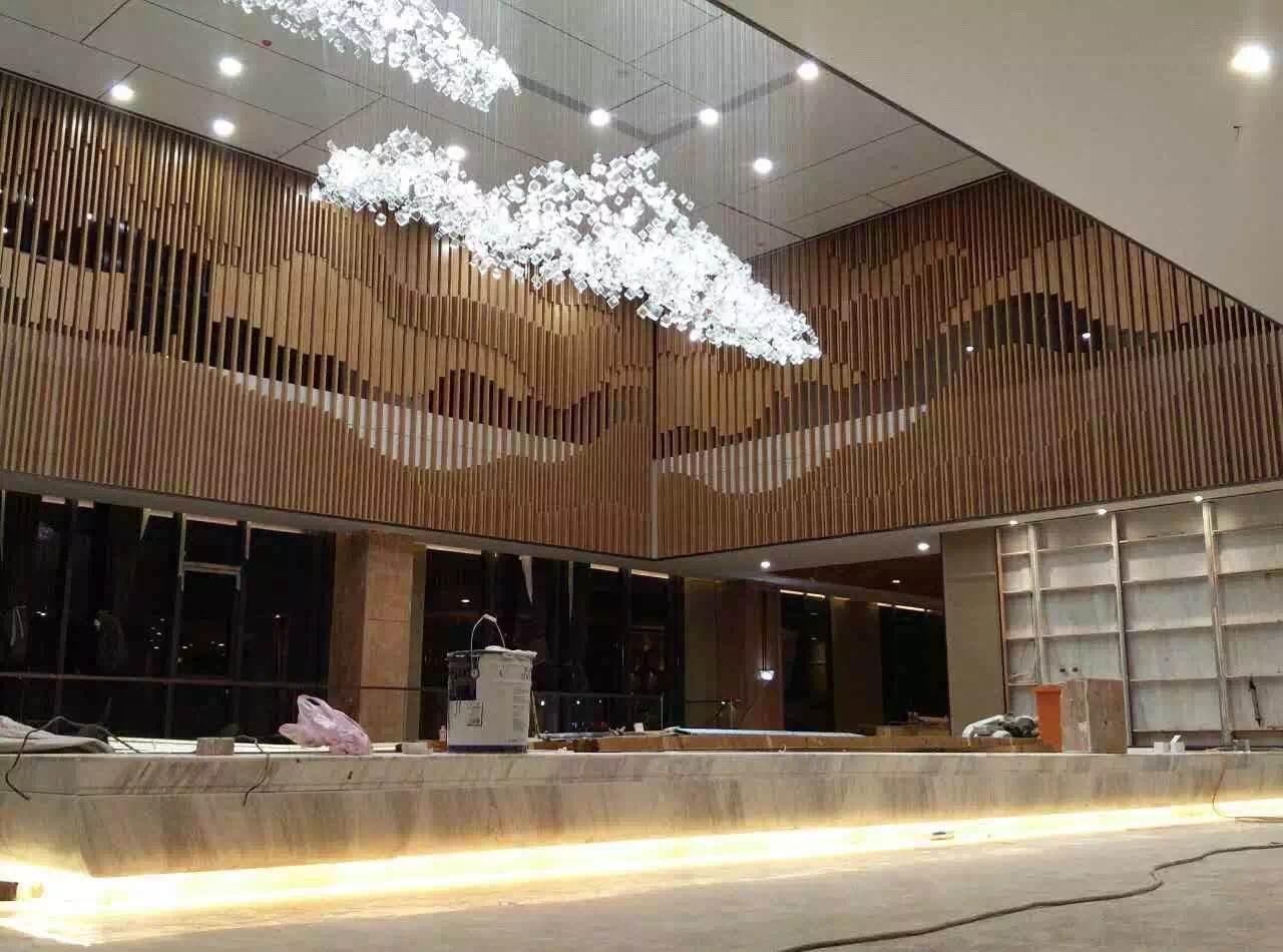 三亚酒店大堂吊顶木纹热转印铝方通图片