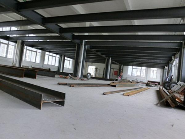 室内钢结构二层阁楼搭建 厂房夹层搭建 别墅阁楼搭建 由于水泥现浇很少人采用,所以我们重点说明槽钢的搭法。如果你采用的是水泥楼板,那么建议你参考有关的建筑施工书籍。下面的施工方法是以你的室内平面是方形的来考虑的。 1. 槽钢楼板的最关键一点就是槽钢两端的固定。固定方法主要有三种:一种是在墙上用角钢做一个,并用膨胀螺丝锁在墙上,然后用槽钢固定在上面,也可以采用植筋的做法进行固定。此方法只限于两端墙面是承重墙或者刚好有横梁经过的地方,用膨胀螺丝固定于墙上,膨胀螺丝的间隔不超过200mm。 另外一种是先在墙上打一