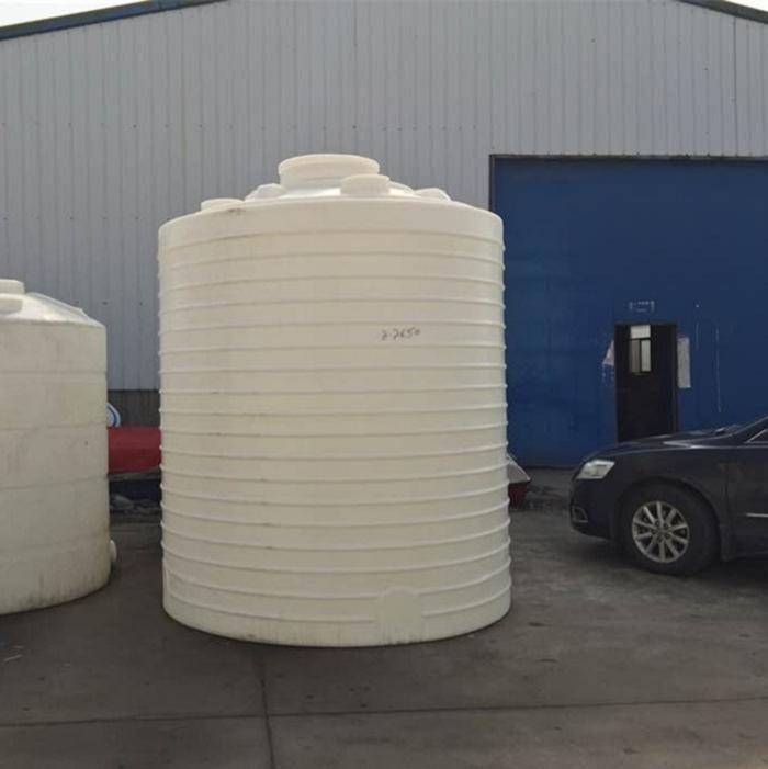 武汉8吨塑料水箱水桶进口料 武汉诺顺储水罐的刚性强度、能够盛装溶液比重大的。环状加强筋刚性强度等特点,抗冲击、耐腐蚀,不需滚塑聚储水罐因罐壁较厚和储水罐、圆型、椭圆形立式结构以及罐体外加强筋结构,故具有一定的刚性强度。