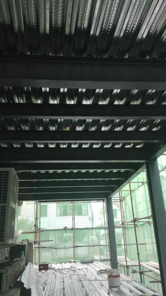 阁楼也就是楼房隔层属于二次结构,它有大概以下几种法: 一:钢结构上铺木板集成材,松木,大芯板,竹胶版。我对几种板材的了解;集成材不宜变形且尺寸标准造价比其他板材略高;松木板遇潮容易发生变形;大芯板不环保;竹胶版也可以但市场上的都不是太厚踩上去有点咚咚的响声;建议使用集成材。二:混凝土现浇它的施工需要墙体有足够的承重能力因为它的自重非常大一般用于公共场所家庭做的比较少。好多都是二次结构根本不承重,推荐使用钢结构这样在不是承重墙位置用立柱做支撑就比较结实了。 三:现在大多数业主都采用钢混结合(钢结构上铺钢板