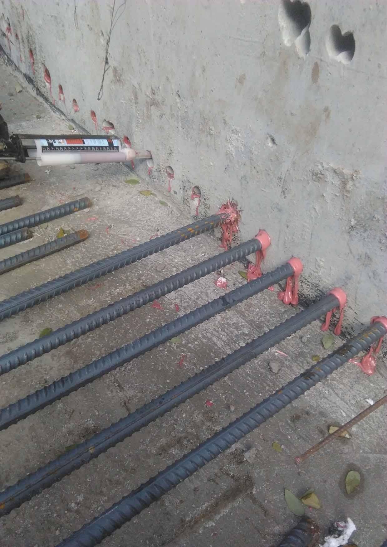 (4)粘碳纤维加固:是采用配套粘接材料,将碳纤维材料粘贴到混凝土构件表面上的一种加固方法。特点:其特点是不增加结构外形尺寸和荷重,能增强构件耐弯曲能力,提高构件的耐剪切能力,延长使用寿命,增加载荷、修补裂缝。 适用范围: 适用于梁板抗弯承载力加固;柱的承载力加固,结构抗震加固;桥梁的桥板、桥墩的加固;池壁仓壁加固;海事结构的防腐;砖、木结构的加固。 质量与方针: 工程质量是企业的生命,也是我公司发展的前途和信誉。所以我公司提出追求质量卓越 信守合同承诺 保持过程控制 交付满意工程。 联系人:冀先生 公