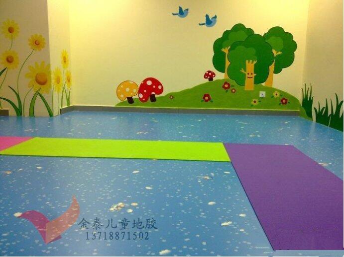 厂家供应大同幼儿园卡通地胶 幼儿园卡通地板 幼儿园卡通塑胶地板 金泰幼儿园地胶脚感舒适。金泰儿童地板采用高档的pvc材料进行生产,导热性能良好、散热均匀、热膨胀系数小、性能稳定,从根本上克服了传统的地材的凉飕飕、硬邦邦的感觉,让地板表面的温度时刻保持在人体适宜的范围,即使孩子们光脚在上面踩,也会感觉很舒服,很温暖,不会冻坏小脚丫。 她健康清洁 金泰童趣地板采用环保材料制成,实质上PVC本来就是许多医用器材及食用器皿的一种常用材质。从根本上杜绝了小朋友们受甲醛和各种辐射性物质的伤害。另外,金泰童趣地板表面用