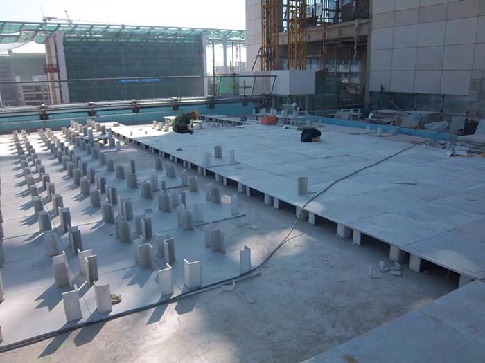 隔热架空板凳是目前平屋顶的隔热保温材料产品。 1.工艺:由纤维与水泥经模具切割加工而成,产品由四条板凳脚与一个板凳面组成一个立体板凳,离地20公分高,常规尺寸500*500 *200mm,板凳面厚度为:12mm,其它厚度可加工订做。 2.优点:自重轻,隔热效果好,保温效果一流,绿色环保,美观大方,节能减排,干作业,施工方便,施工速度非常快,现已代替平改坡工程。每平方米均荷载700公斤,厦天可降低温度4~6,冬天可提高温度3~7,主要用于屋面的保温与隔热,而且施工快捷简便。北京地区本单位可代为施工。 3.