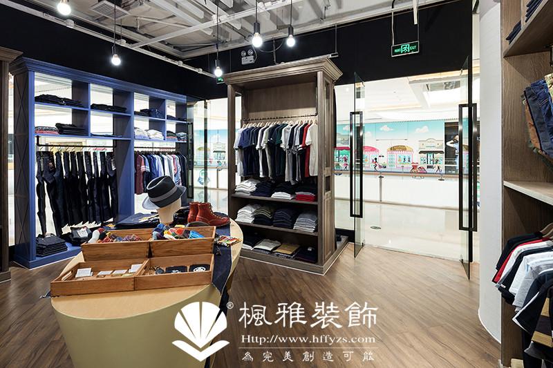 合肥男装店铺装修的色调一定要和衣服款式风格相协调,还要对潜在消费人群有一定的吸引力。一般的男装店铺的主体颜色不要超过三个,否则不会产生太美观的效果,重要的是一定要和你经营的商品风格等有一定相关性。装修男装店铺应更多地使用暖色系,像黑色,紫色,深蓝色等,切忌使用一些大红大黄等暖色系颜色。当然还需要配合相应的灯光,这样才可以体现出男装的阳刚品味和魅力。 装修咨询:13721084288(微信同号) 公司电话:0551-63636108 公司网址:
