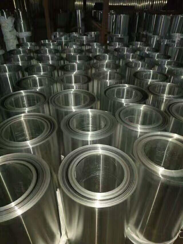 铝板,是指用纯铝或铝合金材料通过压力加工制成(剪切或锯切)的获得横断面为矩形,厚度均匀的矩形材铝板料.国际上习惯把厚度在0.2mm以上,500mm以下,200mm宽度以上,长度16m以内的铝材料称之为铝板材或者铝片材,0.2mm以下为铝箔材,200mm宽度以内为排材或者条材(当然随着大设备的进步,最宽可做到600mm的排材也比较多)。铝板通常按以下两种来分:1.