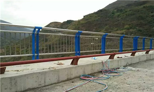 丹东道路不锈钢隔离护栏多少钱一吨-华坤金属